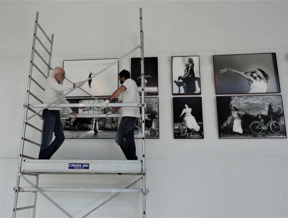 Guy Delahaye a effectué lui-même les accrochages pour son exposition à Scène55.