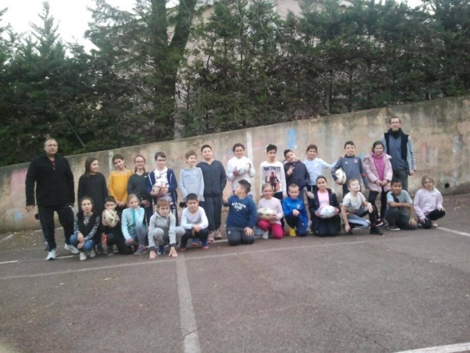 Les élèves de CM1 de l'école Fragonard de Peymeinade lors de l'après-midi rugby.DR
