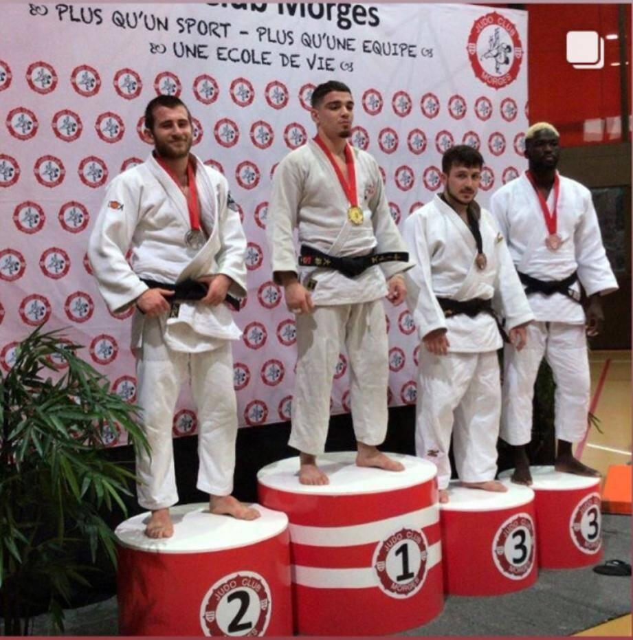 Enzo Toriti (à gauche) sur la deuxième marche du podium en Suisse.DR