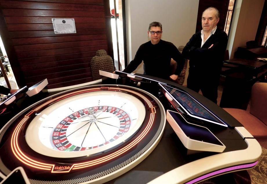 Derrière la nouvelle roulette électronique mise en service mercredi 15 janvier dernier, Christophe Sans, directeur responsable de l'établissement qui a intégré l'équipe en octobre dernier, et Gérard Scribans, P.d. g de la société indépendante SAS Casino Victoria.