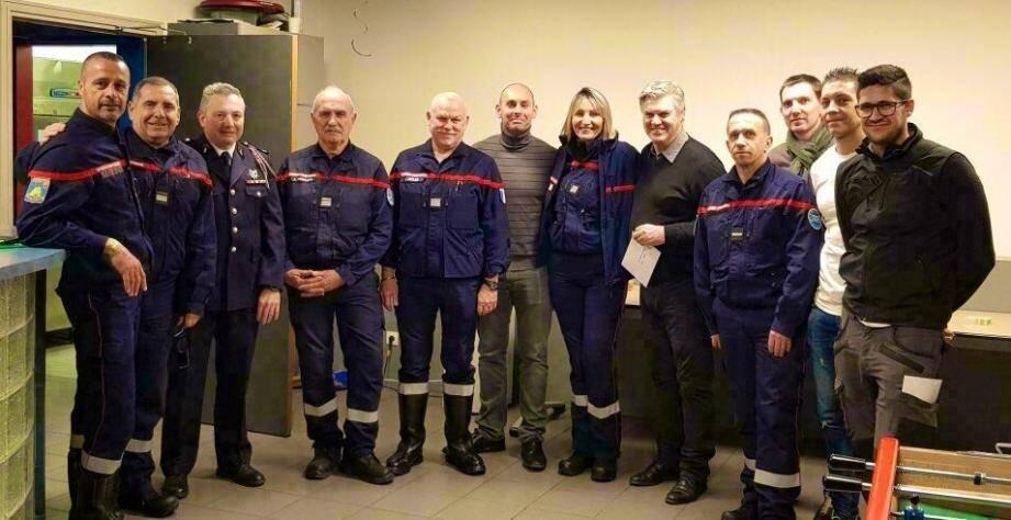 75 500 euros de dons ont été remis jeudi soir, à Valbonne, par le lieutenant Binaud, président de l'Union régionale des sapeurs-pompiers (2e à gauche).