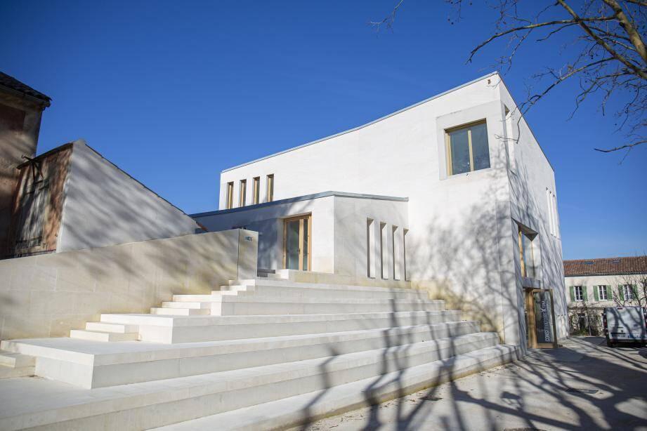 Amphithéâtre au soleil, pierre du Vaucluse et bois : le lieu se veut propice à l'apprentissage et à l'art. (Ph. DR)