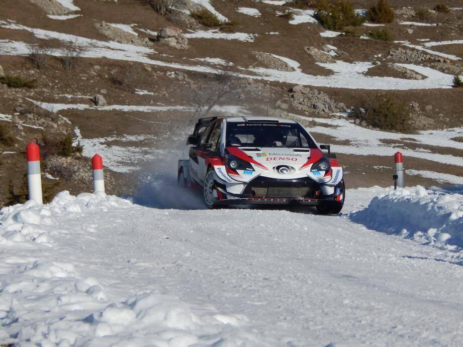 Sébastien Ogier a trouvé un ruban de neige dans ses chères Hautes-Alpes pour prendre en main la Toyota Yaris WRC.