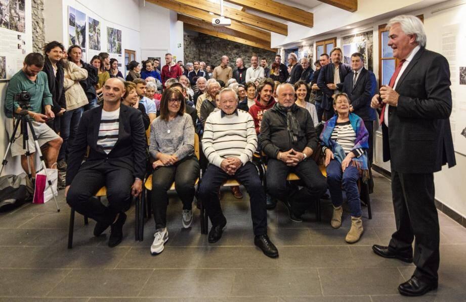 Dans la salle Cala Braglia de la Tour, le maire Pierre-Paul Danna achève son discours devant les adjoints Joseph Nicolino, Pierre-Jacques Dana et Nicole Gandolfo (à droite), les conseillers municipaux Loïc Le Quiniou et Evelyne Marson (à gauche) et les habitants réunis.(DR)