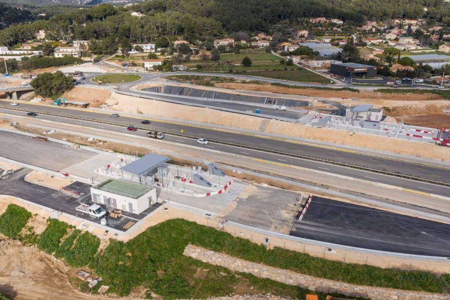 Les deux gares de péage, quasiment achevées, sont situées sur la bretelle en provenance de Toulon et sur celle en direction de Toulon. Les automobilistes se dirigeant vers Marseille ne paieront pas à Ollioules-Sanary, puisqu'ils paieront déjà à Bandol. Idem dans l'autre sens.