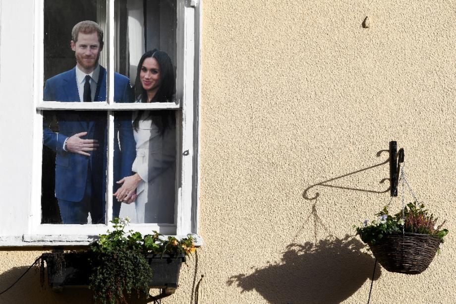 Photo en carton du couple princier Harry et Meghan affichée derrière la fenêtre d'un pub à Windsor, le 9 janvier 2020