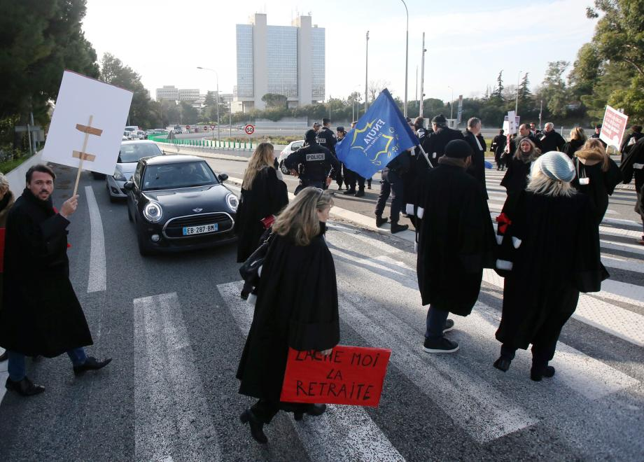 Les avocats ont bloqué la circulation, hier matin, sur la bretelle d'autoroute proche du Cadam, le centre administratif départemental.