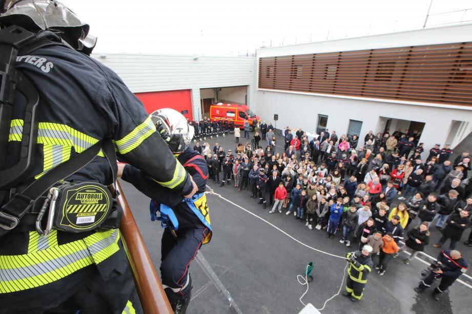 Pendant l'inauguration hier matin, quatre pompiers ont réalisé une démonstration de sauvetage d'une victime au premier étage de la tour de manœuvre de 14 mètres,.