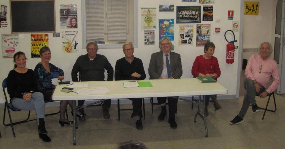 Daniel Bernard, nouveau président, en compagnie du maire Robert Masson et des membres du bureau.