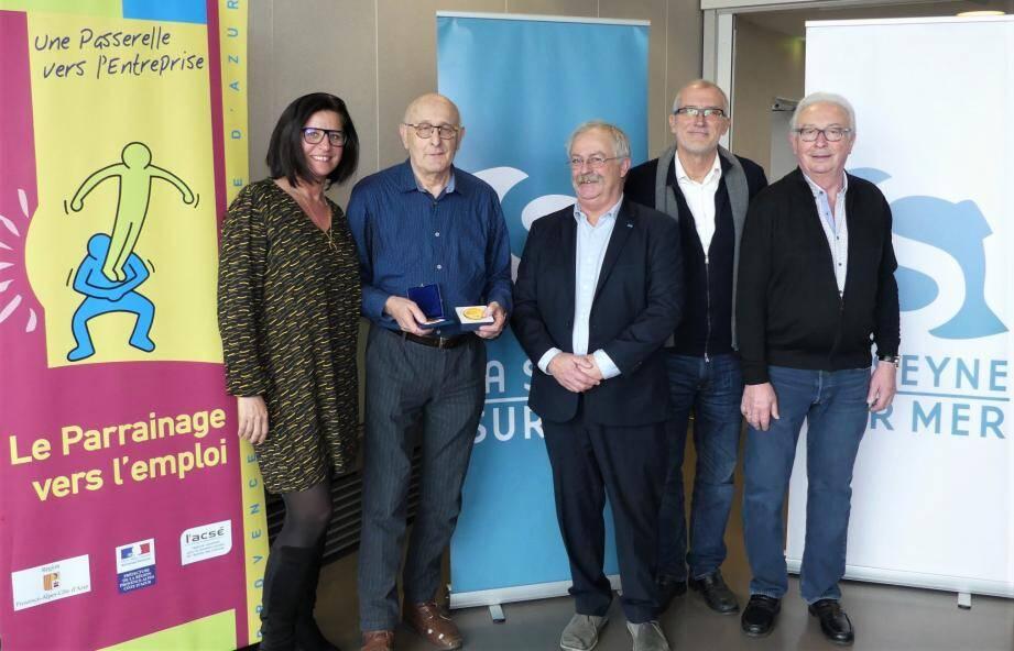 Paul Blachon (deuxième à gauche) avec ses médailles en compagnie des responsables de la MIAJ et du maire, Marc Vuillemot.