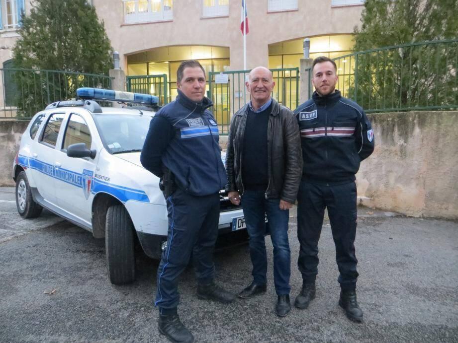 Bien accueilli dans sa nouvelle fonction par le maire Bruno Aycard et le chef de poste Vincent Bidaut, Yves Gendron (à dr.) fait preuve d'un réel enthousiasme.