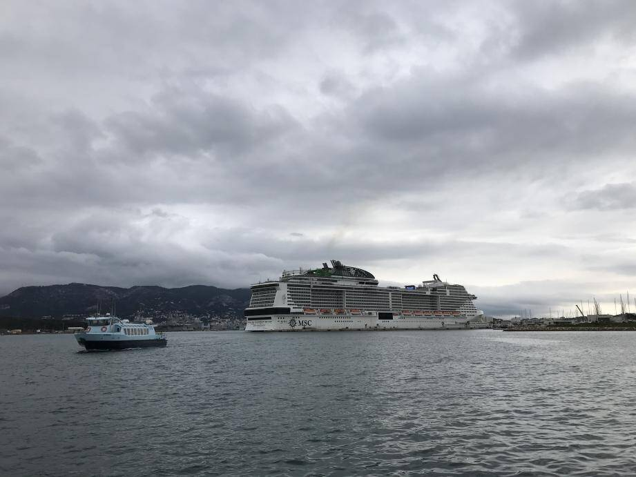N'ayant pu accoster au port de Marseille, le MSC Grandiosa a débarqué hier matin ses passagers à La Seyne. Le début d'une galère pour près de 500 passagers…