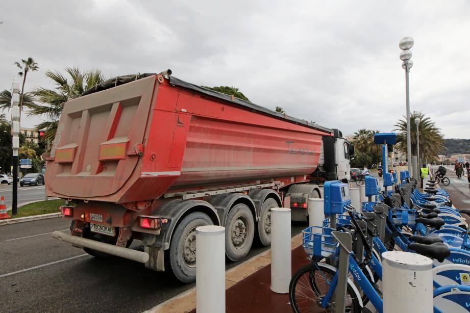 Entre les camions de chantier, de livraison, les semis, ce sont 540 poids lourds qui roulent sur chaque chaussée de la Prom' chaque jour, selon le centre de supervision urbain.