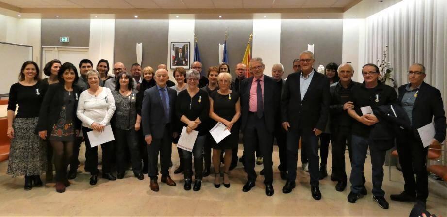 Les jeunes retraités, aux côtés du maire et du député.