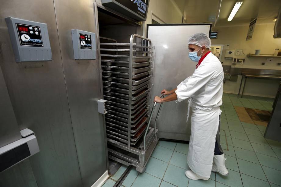 Zéro plastique dans les cantines et un mode de cuisson inovateur dans la cuisine centrale de l'Eco-Vallée à Nice.