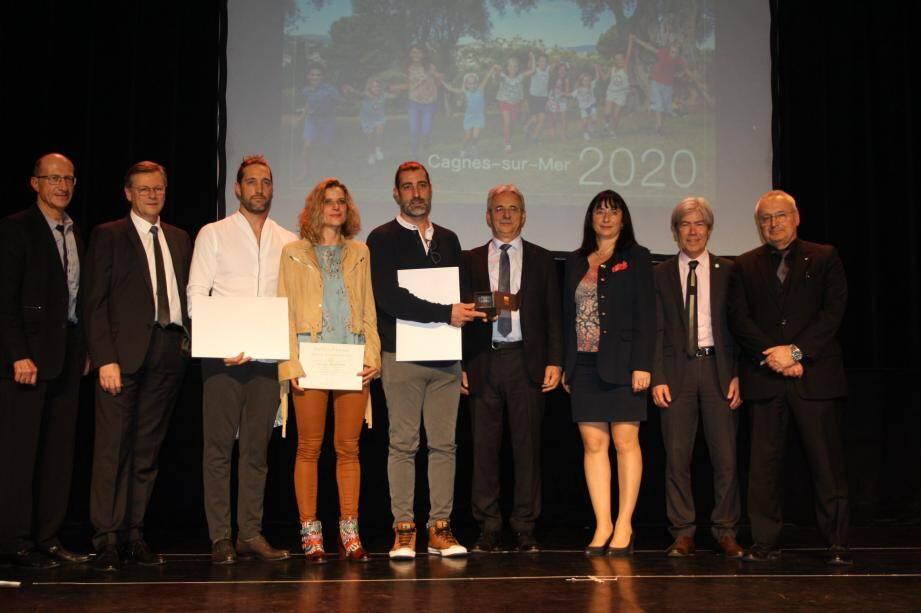 Le premier trophée a été remis par le maire à l'entreprise Roni fleurs en présence des représentants des chambres consulaires et de la députée Laurence Trastour.