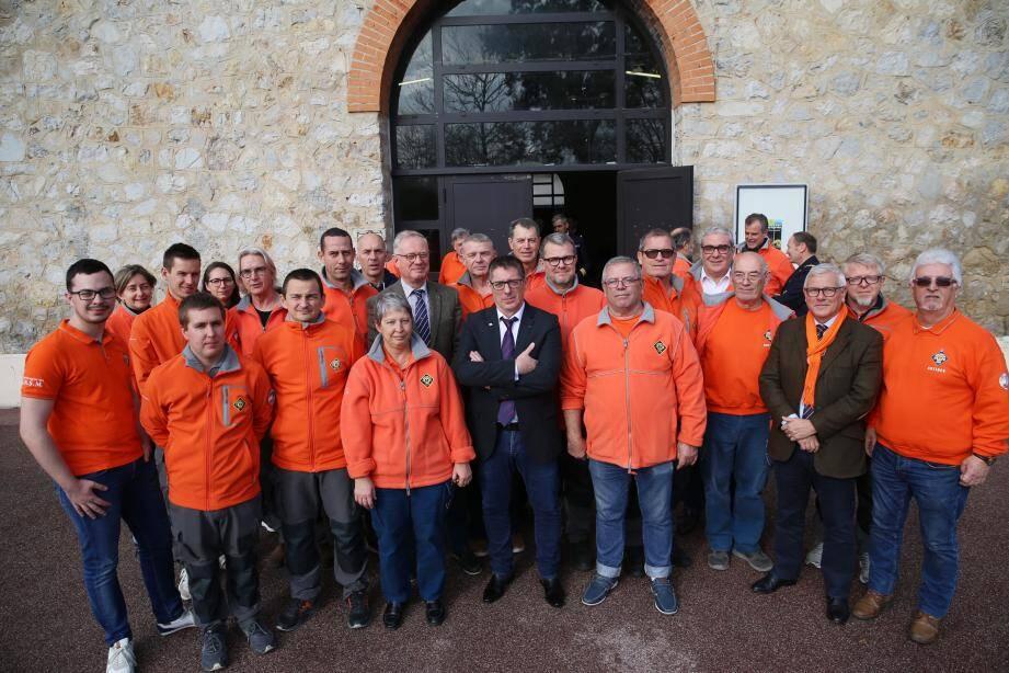 En haut, des membres d'équipage de la station antiboise de la SNSM, accompagnés notamment du nouveau président national de la SNSM, l'amiral De Oliveira. En bas, le président de la station antiboise, Marc Angeli.