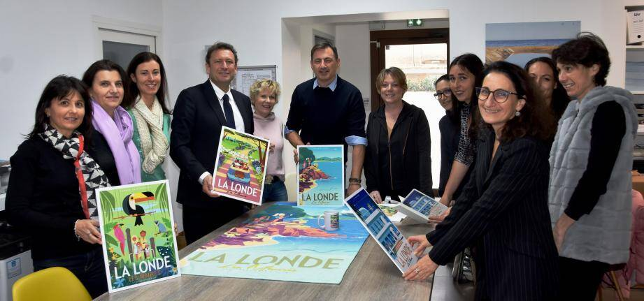 Monsieur Z (au centre) entouré des élus de La Londe, Cuers et Pierrefeu ainsi que des membres de l'Office de tourisme et sa directrice Véronique Nérand (au 1er plan à droite), avec, en main, les produits estampillés La Londe.