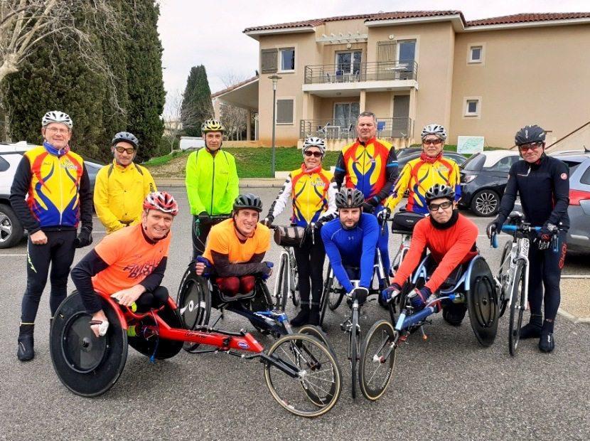 Les athlètes avec Julien Casoli (en bleu), en compagnie des cyclistes de l'UCP Londaise avant le départ de la séance matinale.