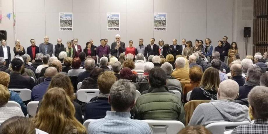 Trois cents personnes présentes lors d'un premier meeting au théâtre de l'Hélice, avec la présentation d'un comité de soutien aux 600 signatures, la cérémonie de dévoilement des 31 noms que compose la liste « Contes ensemble », a lancé officiellement la campagne du maire sortant, Francis Tujague, qui briguera là un cinquième mandat consécutif.
