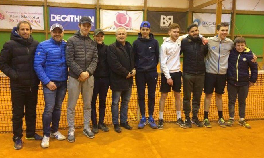 Au centre, Philippe Régnier, président du CSMT, entouré des finalistes du GTC Valescure Saint-Raphaël et des vainqueurs U18 six-fournais (à gauche).