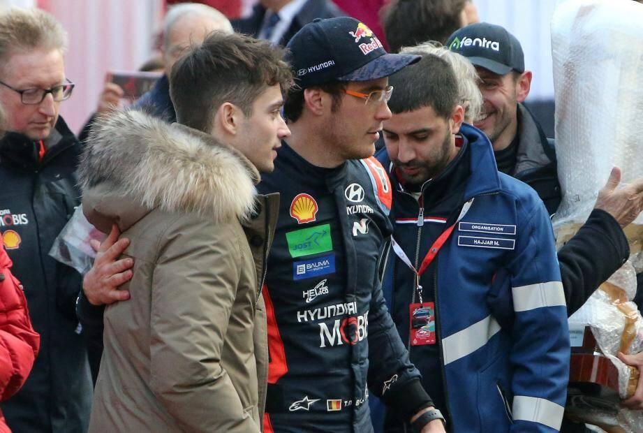 Charles Leclerc pose aux côtés de Thierry Neuville, vainqueur de ce rallye Monte-Carlo
