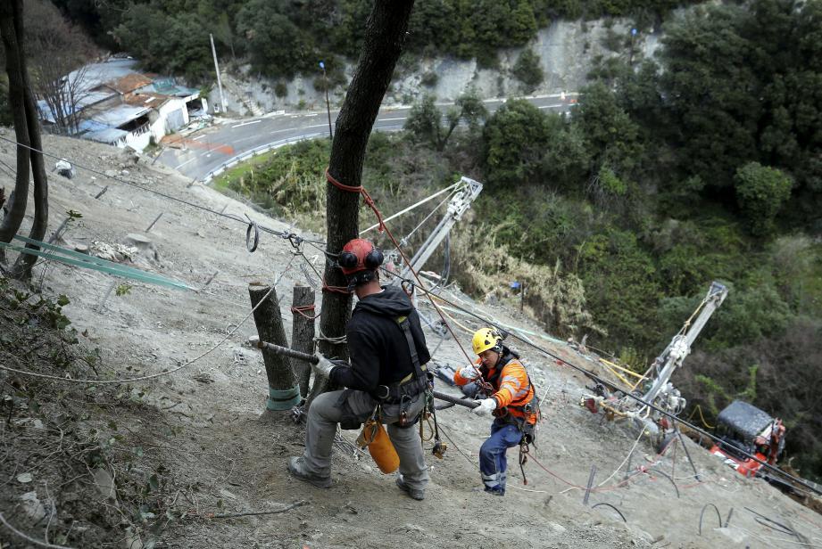 Dix ouvriers, répartis sur trois ateliers de forage, travaillent quotidiennement sur le chantier.