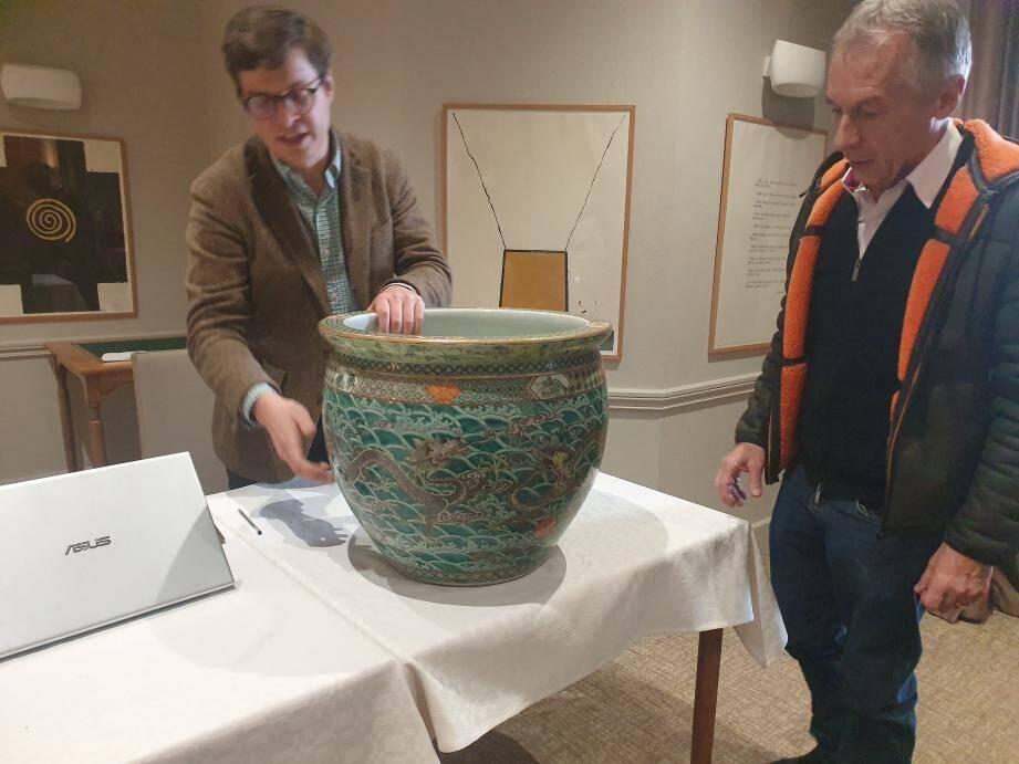 Parmi les plus belles pièces estimées hier, cette vasque à poissons pourrait se vendre entre 10 000 et 15 000 euros aux enchères à Paris.