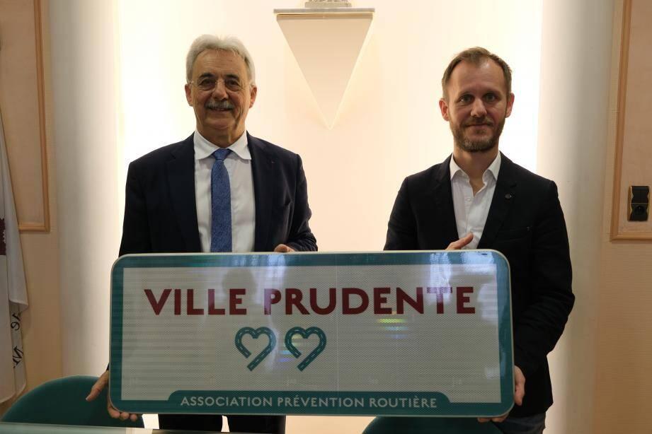 Le directeur régional de la prévention routière, Olivier Capgras est venu remettre ce label, il y a quelques jours, à Louis Nègre, maire cagnois.