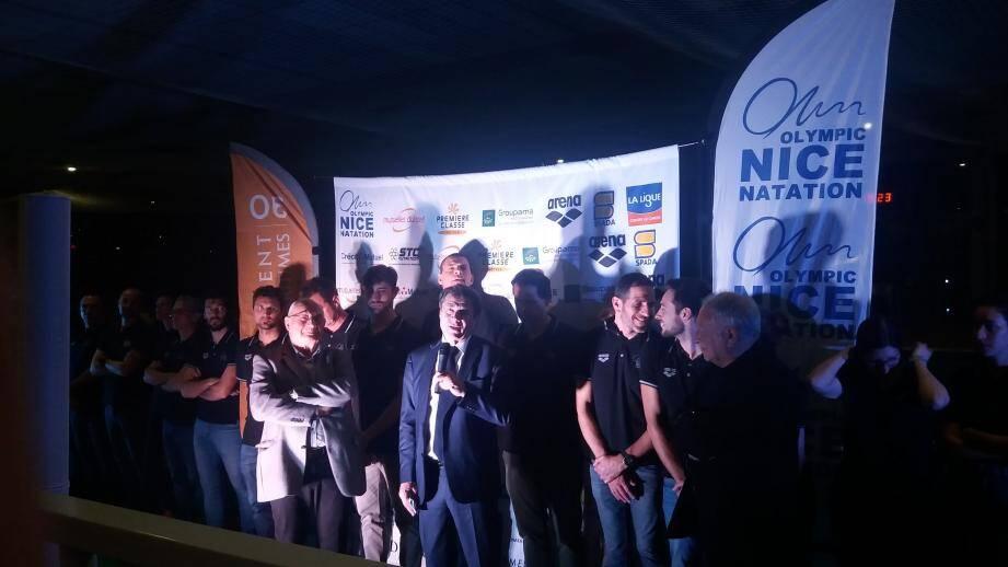 Le président Jean Monnot (à gauche) et le maire de Nice, Christian Estrosi (micro en main) ont rendu hommage aux sportifs et à leurs entraîneurs (alignés au second plan).