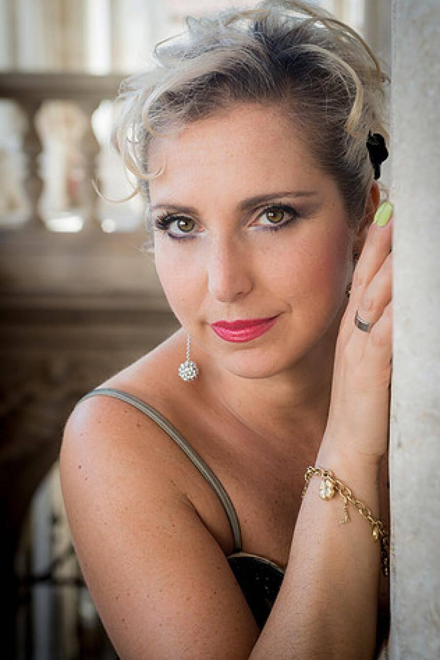 Sur scène, la soprano vénitienne Silva dalla Benetta. À la baguette, le directeur honoraire du Philharmonique de Monte-Carlo, l'italien Gianluigi Gelmetti.(DR)