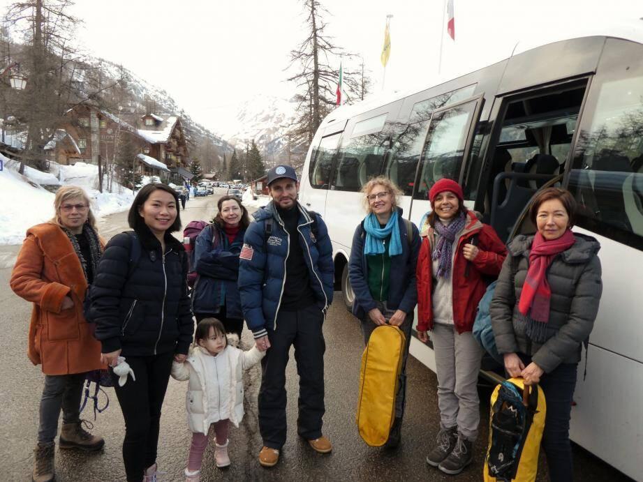 Autour d'Isabelle Osché, guide conférencière au bonnet rouge, les premiers voyageurs du train des Neiges 2020 de Casterino, dimanche.