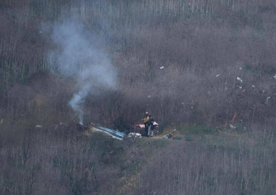 Les services de secours du comté de Los Angeles examinent la scène du crash de l'hélicoptère de Kobe Bryant à Calabasas.