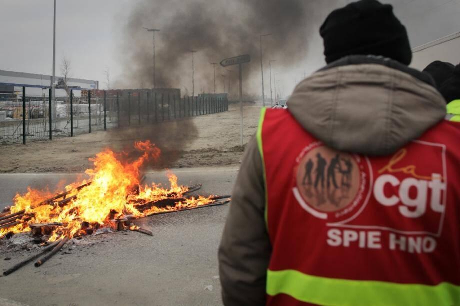 Action d'opposants CGT à la réforme des retraites devant des locaux de Bolloré au port du Havre le 22 janvier 2020.