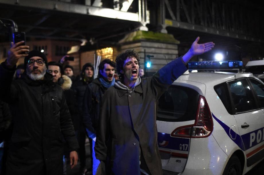 Des manifestants devant le théâtre des Bouffes du Nord à Paris, où le président Emmanuel Macron assistait à une représentation, le 17 janvier 2020