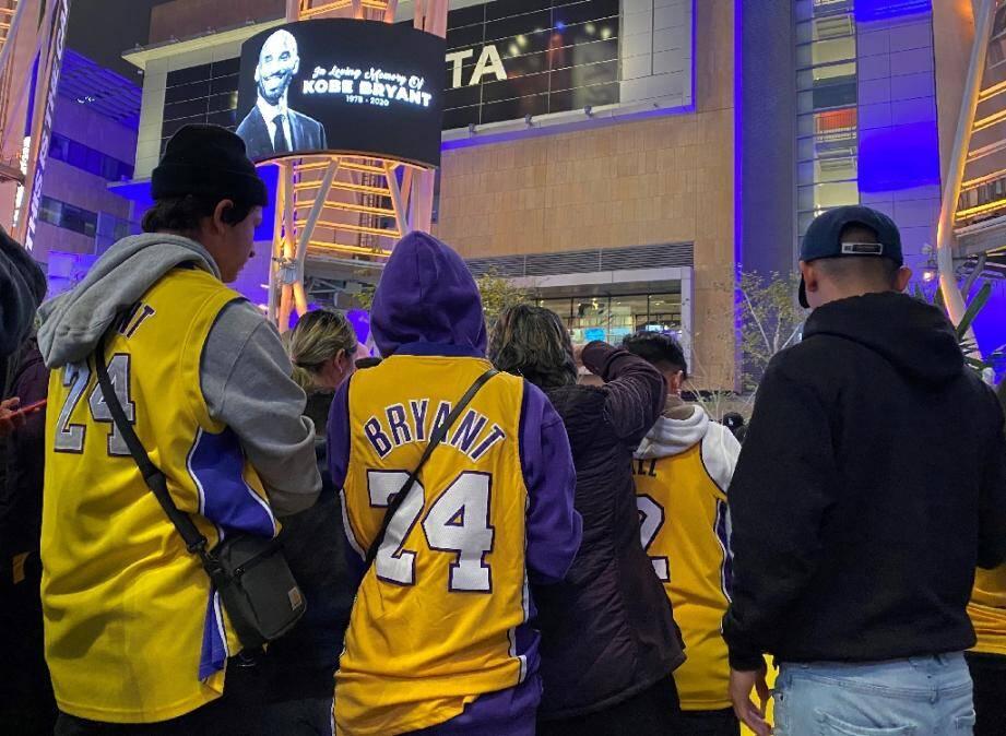 Des personnes rassemblées au Staples center de Los Angeles le 26 janvier 2020, pour rendre hommage à Kobe Bryant