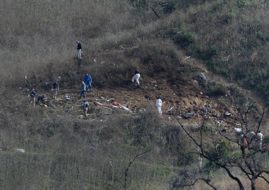 Des enquêteurs sur les lieux du crash, le 27 janvier 2020 à Calabasas, en Californie