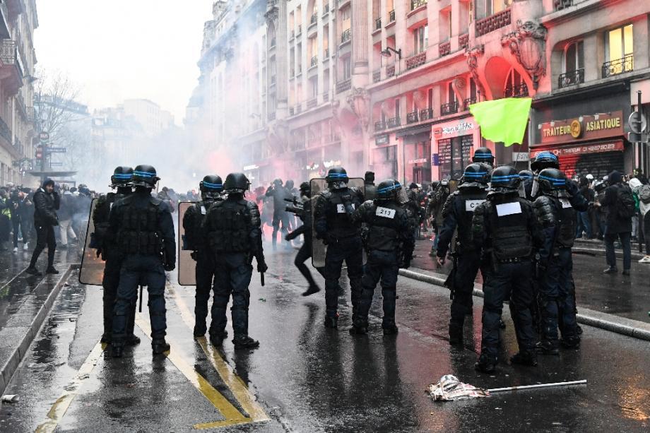 Heurts entre CRS et manifestants à Paris, le 9 janvier 2020