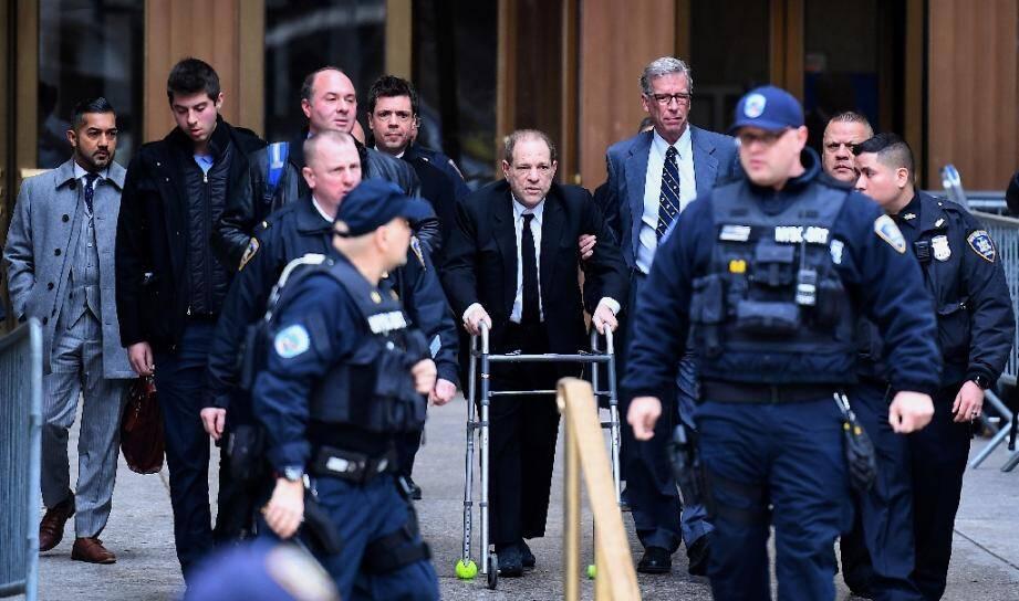 Harvey Weinstein (C) quitte le tribunal de Manhattan, le 6 janvier 2020