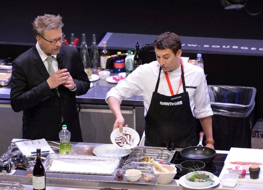 Le chef Jean-Michel Carrette (C), et Sébastien Demorand (G), le 18 mars 2014 à Paris