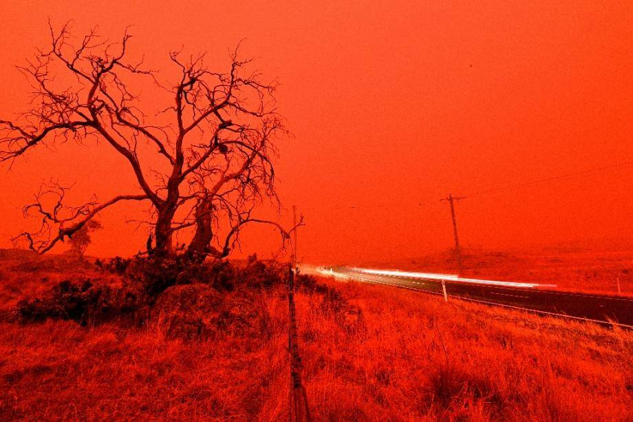 Le ciel est devenu rouge sous l'effet des multiples feux qui se propagent dans la banlieue de Cooma, le 4 janvier 2020