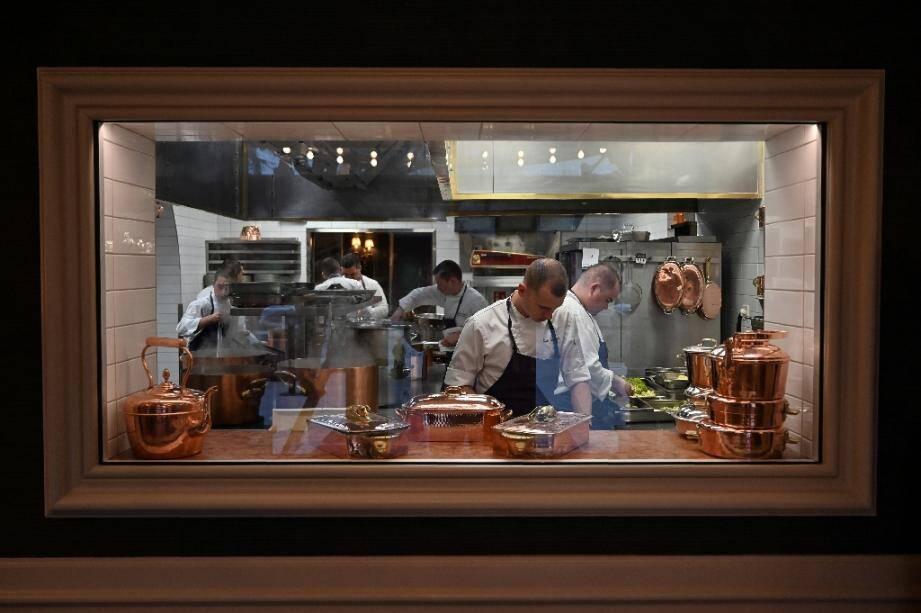 Les cuisiniers s'affairent le 23 janvier 2020 à l'Auberge du pont de Collonges, le restaurant de Paul Bocuse qui a été rénové