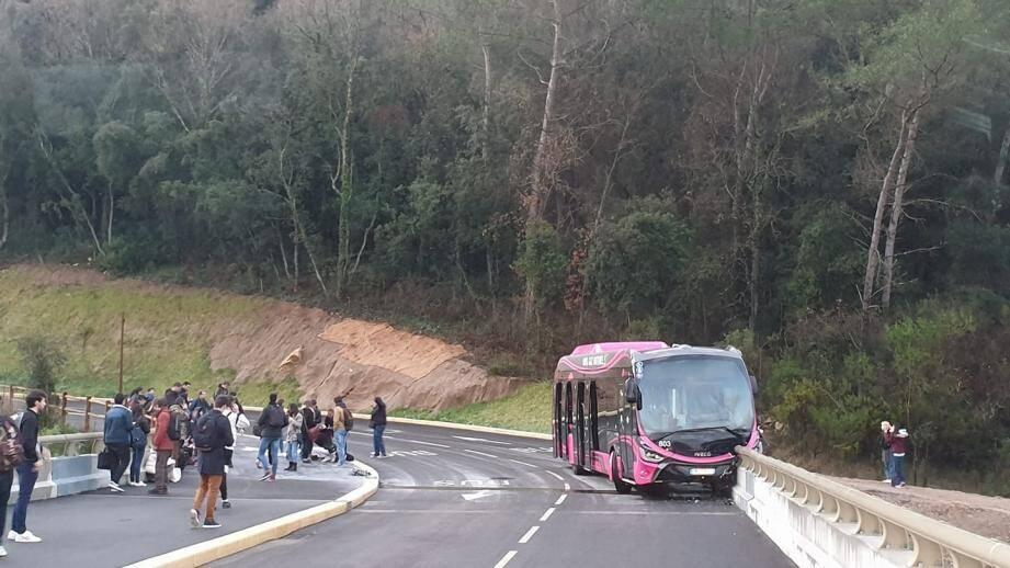 Le virage du passage des Cistes a marqué l'arrêt du bus ce lundi matin.
