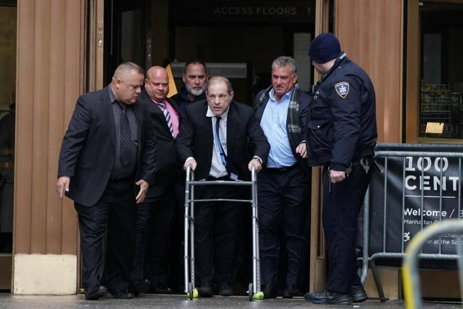 Le producteur de cinéma Harvey Weinstein, photographié ici le 11 décembre à sa sortie du  tribunal de Manhattan, doit comparaitre lundi pour l'ouverture de son procès