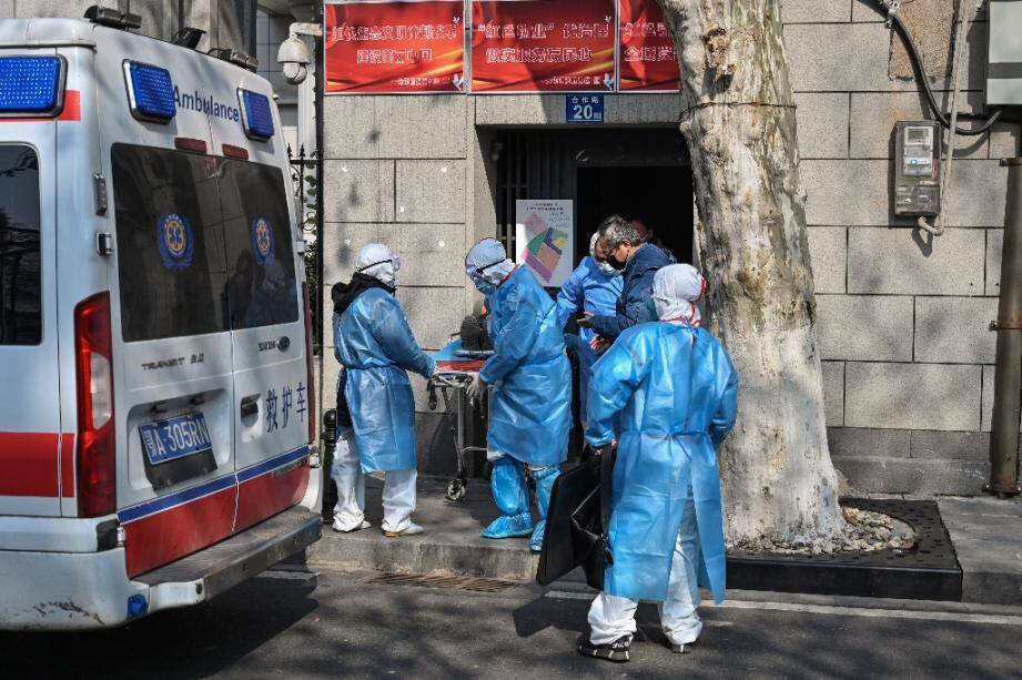 L'évacuation d'un malade présumé du nouveau coronavirus à Wuhan, Chine, le 30 janvier 2020