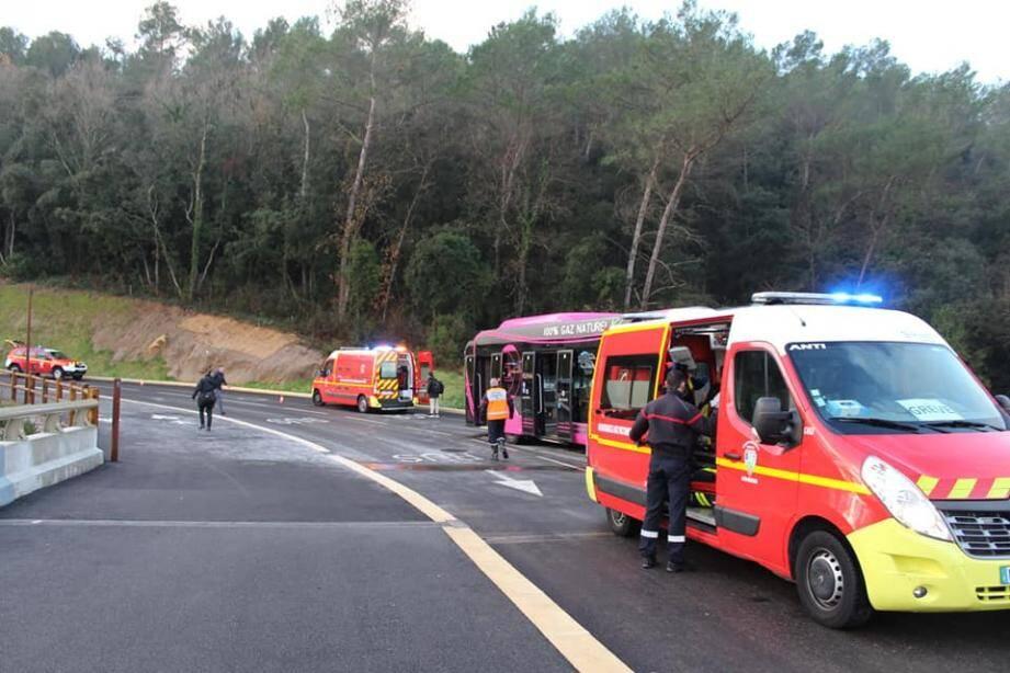 Le chauffeur du bus est le plus gravement blessé.