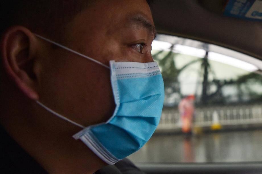 Un chauffeur de taxi à Wuhan, en Chine, le 25 janvier 2020