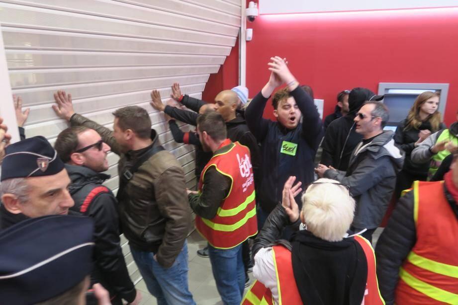 Des manifestants ont forcé le rideau métallique d'une agence bancaire de Nice ce jeudi matin.