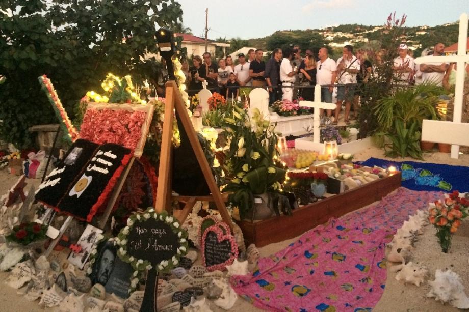 Fans de Johnny réunis en décembre 2018 à Saint-Barthélémy près de la tombe dans laquelle il avait été inhumé initialement. Son cercueil a été déplacé en janvier 2020 dans un caveau définitif