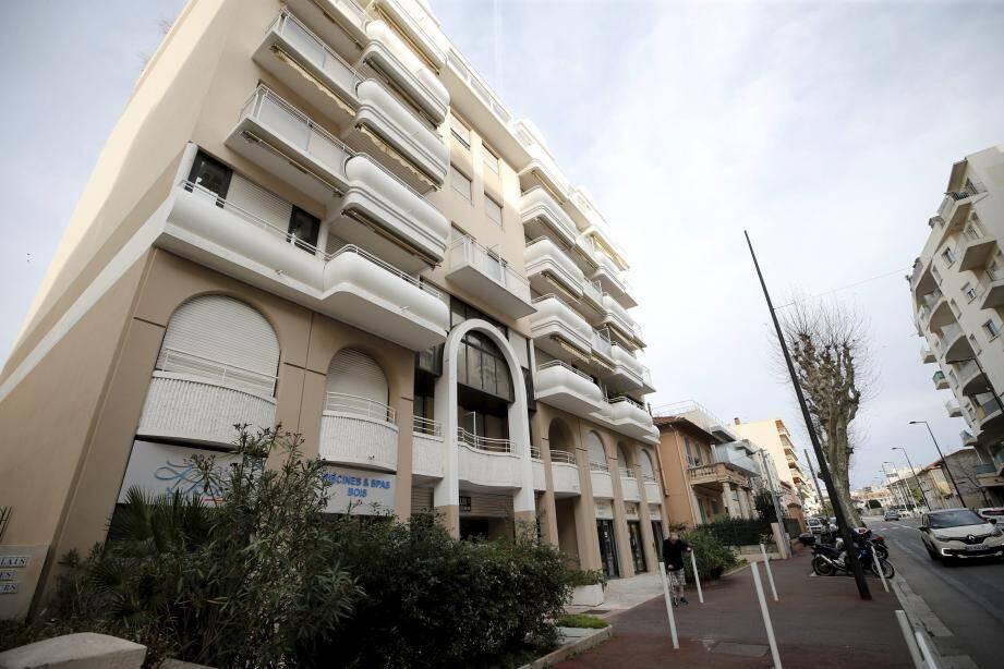 Les faits se sont produits avant 10 heures du matin, mardi, dans un appartement de Juan-les-Pins.